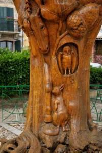 l'arbre sculpté sur la place au Caylar